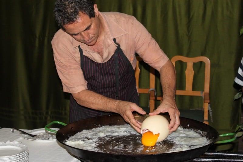 Страусиное яйцо: польза, вред, правила выбора